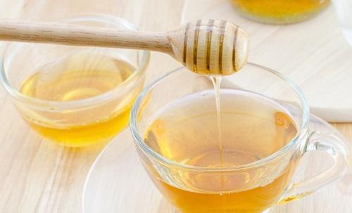 Мед разбавляют в воде, пьют натощак