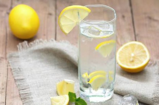 Выпиваем стакан воды с лимоном
