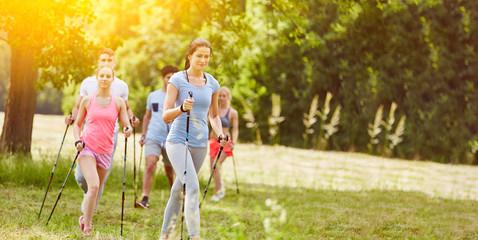 Чем скандинавская ходьба отличается от обычной прогулки