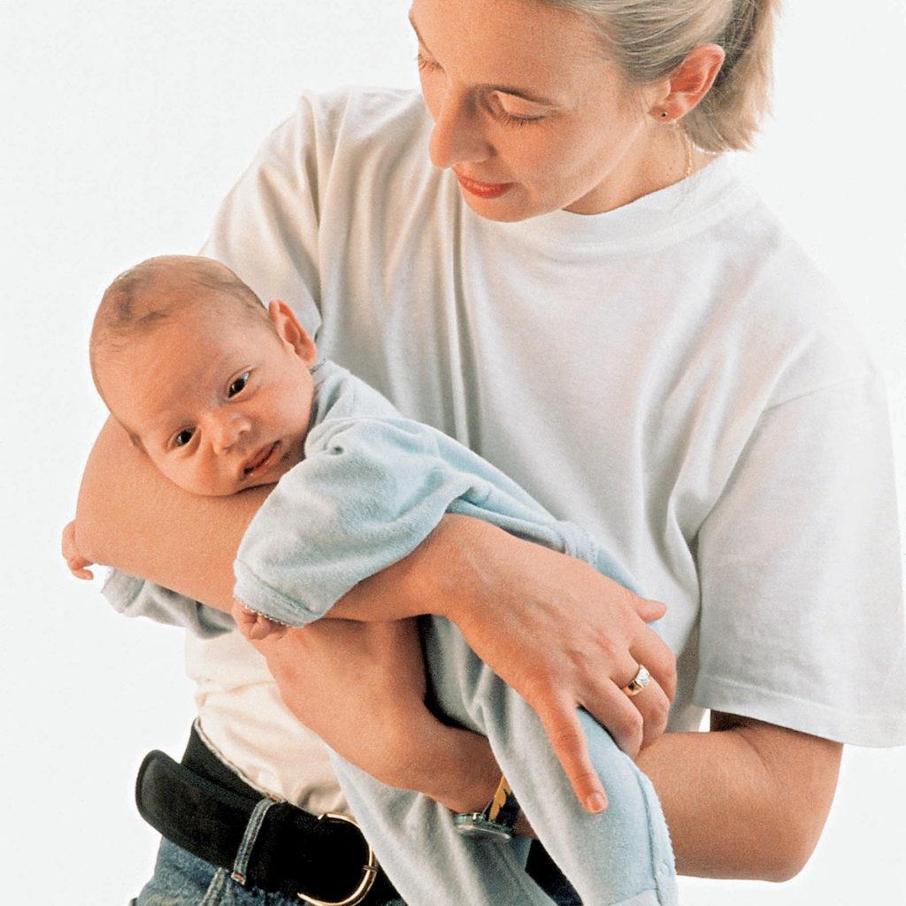 как носить новорожденного