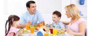 Кушать вместе с остальными членами семьи