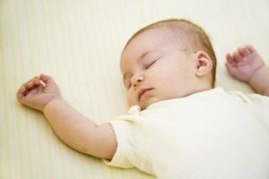 грудничок вздрагивает во сне
