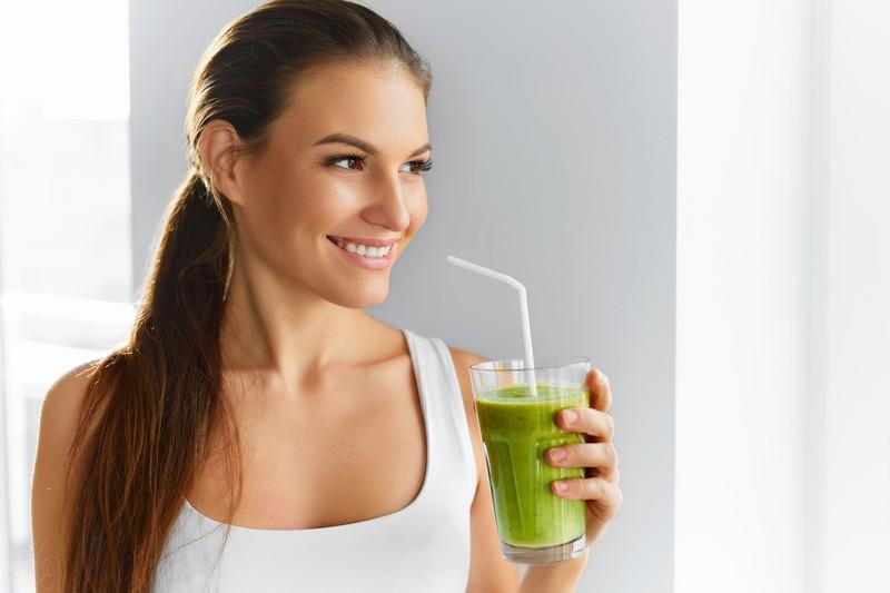 Пить один бокал зеленого коктейля