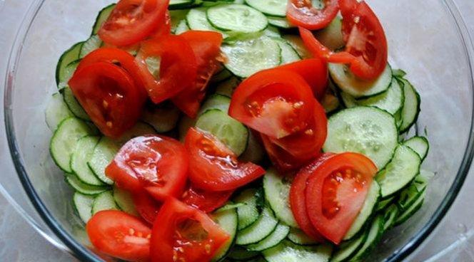 Салатик из огурчиков и помидорчиков