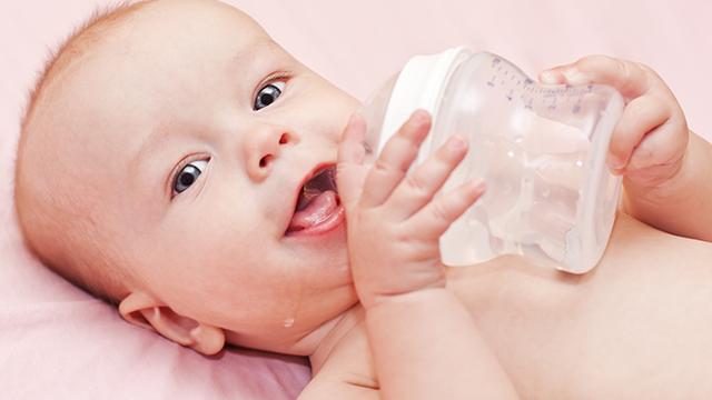 малыш пьет укропную воду