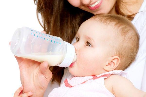 кормление смесью новорожденного