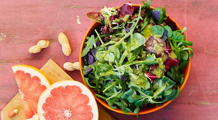Салат из зелени и грейпфрута