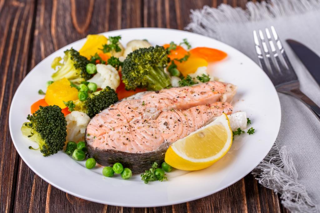 Перекус в виде рыбы с овощным салатом