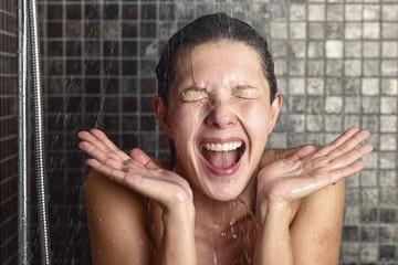 Как на организм влияет контрастный душ по утрам