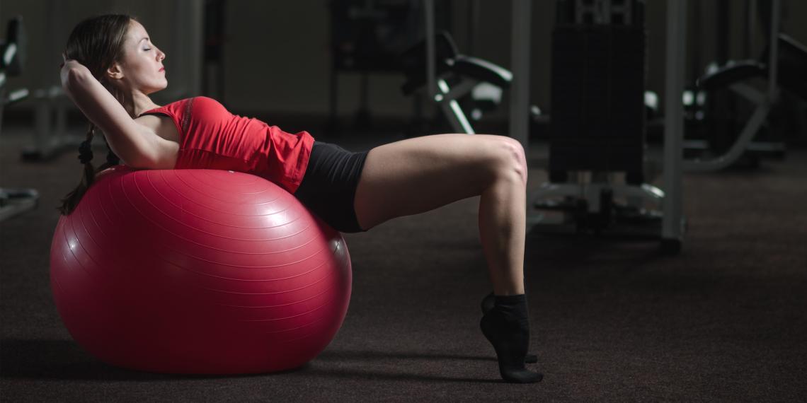 Фитнес упражнения для пресса на фитболе