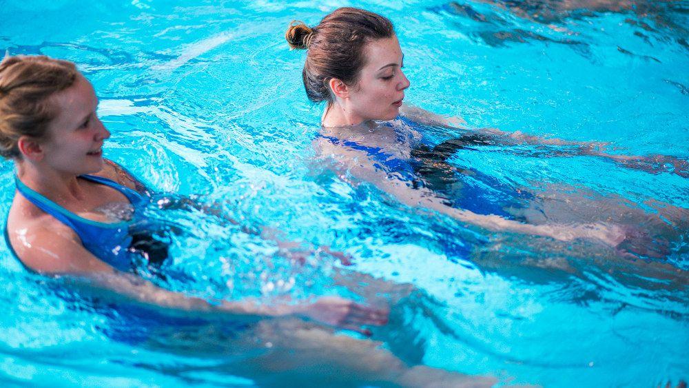 Спортивные занятия в бассейне