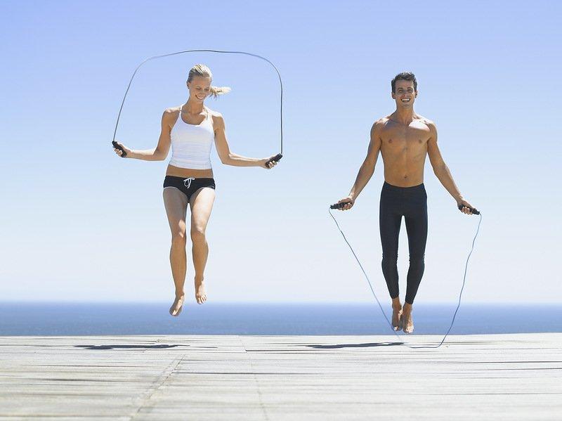 Сбросить вес помогут прыжки через скакалку