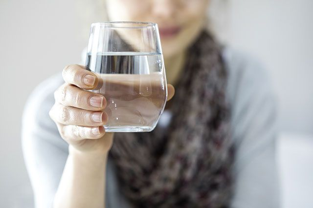 Ежедневно необходимо выпивать не меньше 2 литров жидкости