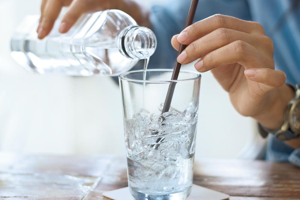 Пьет воду со льдом