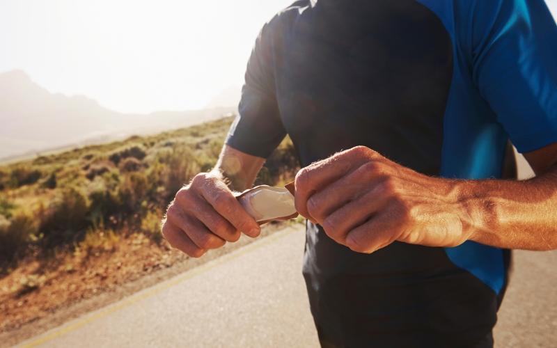 Потребляйтеуглеводы Тот, кто исключает из своей диеты углеводы, рискует в следующий раз без сил упасть с беговой дорожки. Углеводы – это источник энергии спортсмена, и, единственная причина по которой можно уменьшить (а не полностью исключить) их потребление – это целенаправленная потеря веса. К тому же, недостаток гликогена отрицательно сказывается на выработке тестостерона.