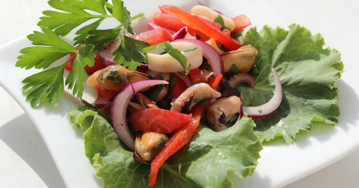 Салат из даров моря и овощей