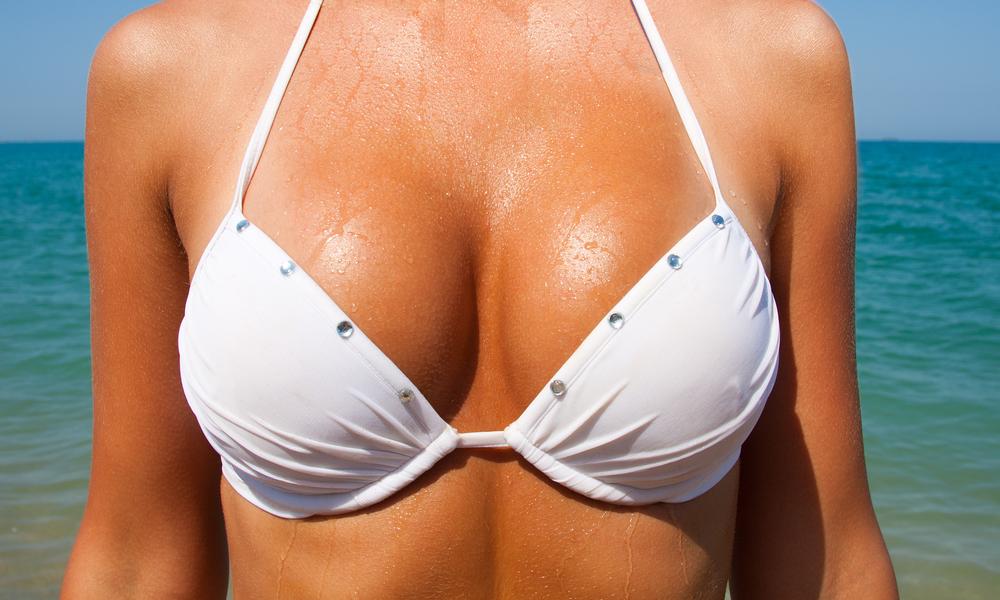 грудь в белом купальнике